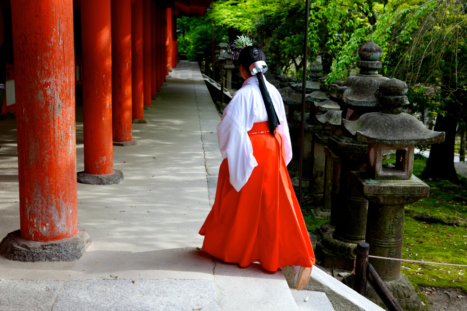 Nara moniale et colonnes rouges